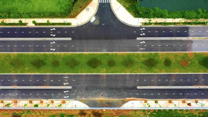 Đường rộng 50 m, có bốn làn xe mỗi bên, hai làn ôtô và hai làn xe máy.