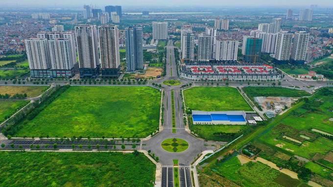 Dự án xây dựng tuyến đường số 1 (đường Nguyễn Văn Huyên kéo dài) dài hơn 627 m vừa được thông xe cuối tháng 6, sau bốn năm thi công. Điểm đầu tuyến giao với đường Hoàng Quốc Việt, điểm cuối giao với đường 40 m thuộc khu đô thị Tây Hồ Tây.