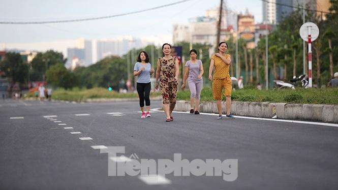 Sáng sớm, người dân sống ở những khu dân cư lân cận thích thú qua đây tập thể dục dưới lòng đường chưa được thông xe.