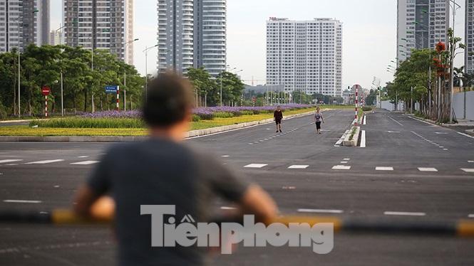 Người dân đang ngóng chờ được đi lại trên con đường có thể được coi là thẳng và đẹp nhất phía Tây thủ đô.