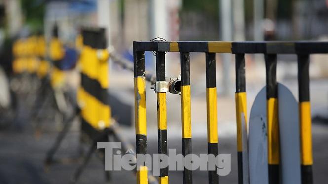 Rào chắn vẫn án ngữ để ngăn các phương tiện qua lại vào đoạn đường chưa thông xe.